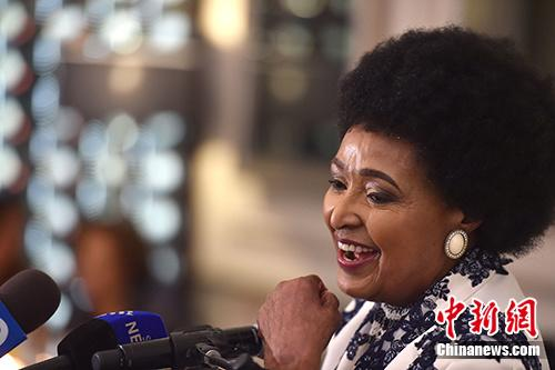 """南非民众送别""""国母""""温妮・曼德拉"""