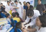 唐山:爱心人士为福利院孩子检查牙齿(图)