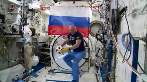 俄宇航员在空间站踢球 足球将用于世界杯揭幕战(图)