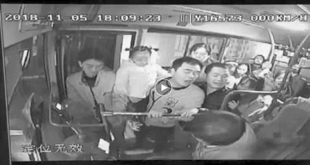 男子欲抓扯公交司机 女乘客果断出手阻止