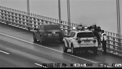 车停四桥,司机突然翻越护栏
