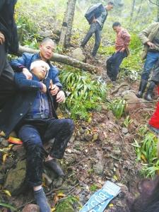 扶贫路上两名乡干部车坠悬崖 上百乡亲展开生死营救
