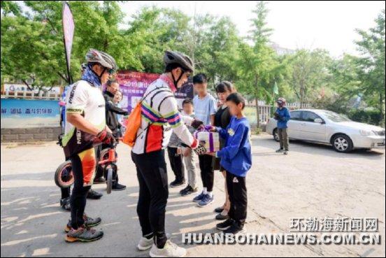 唐山:千名骑友助力公益骑行日活动(组图)
