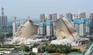 大片级视频!刚刚,唐山市区两座近百米高冷却塔爆破拆除