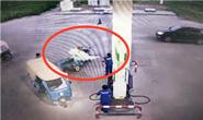 该!男子加油站故意点烟 被工作人员用灭火器喷射