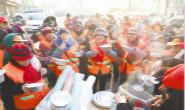 志愿者赠粥 环卫工人开心过腊八(图)