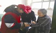 路南双桥里社区志愿者为社区老党员和高龄老人送关爱