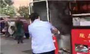 """点赞!路遇街边摊起火,唐山公交驾驶员秒变""""消防员"""""""