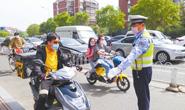 警企联动劝导查纠、集中宣讲 外卖骑手请佩戴好头盔上路