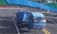 """货车撞上限高架,把自己""""发射""""出去了"""