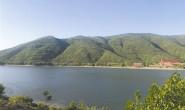 邱庄水库:一湖清水荡漾在翠绿群山间