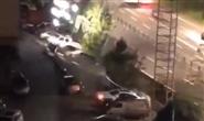 四川宜宾银龙广场路面发生塌陷,数辆车被埋