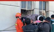 视频|工人不慎坠落昏迷 唐山消防窄路抬人