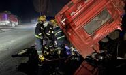 视频|货车追尾车头错位  滦南消防破拆救援
